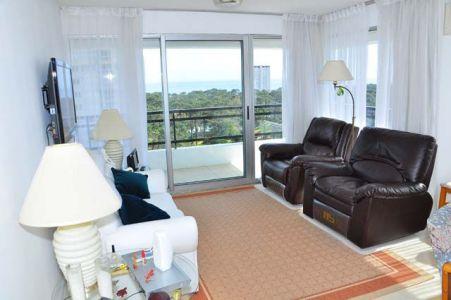 Piso alto. Living comedor, cocina, lavadero, 3 dormitorios, 2 baños (1 suite), terraza, garaje