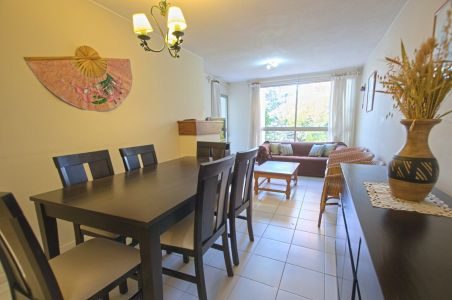 Estilo casa, rodeado de verde, a 400 metros del mar. Comodidades: - Living - comedor con estufa a leña - Cocina con terraza lavadero - Terraza con parrillero - 3 dormitorios (una suite) - Cochera