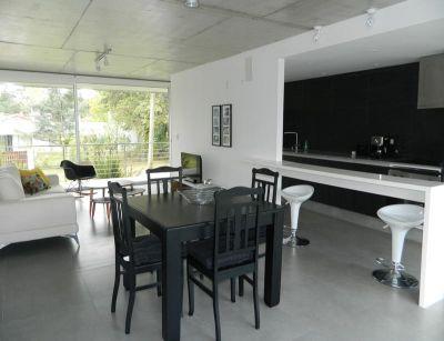 Apartamento ideal para vivir todo el año. Cómodos espacios, moderno, muy luminoso. A tan solo 300 metros del mar.  Comodidades: - Living comedor - Terraza - Cocina - 2 Dormitorios (1 suite) - 1 Baño  Amenities: Barbacoa y piscina exterior