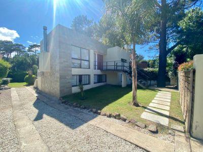 Casa Moderna de Piedra zona Pinares