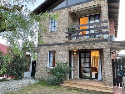La Barra a 1,5 cuadra de Medialunas, reciclada, 4 dormitorios, 3 baños, barbacoa, con muebles, cochera para 3, equipada a full.
