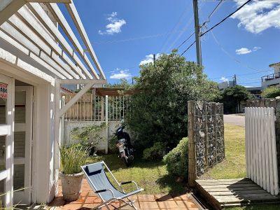 EN VENTA en La Barra, de la Ruta al mar, terraza al frente, 3 dormitorios y posibilidad de un 4o. Patio chico al fondo y jardín al frente.
