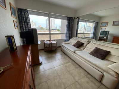 Apartamento de 1 dormitorio en peninsula muy bien ubicado a 1 cuadras de la mansa, a 2 de la brava y a 1 de la gorlero y de la terminal de omnibus.