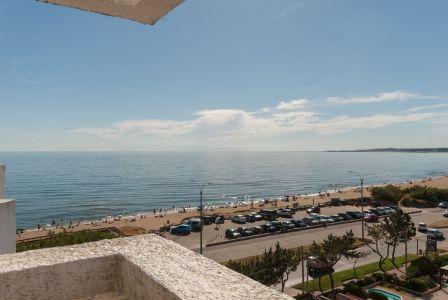 Punta del Este, frente al mar, con vista y terraza en playa mansa, 2 dormitorios *