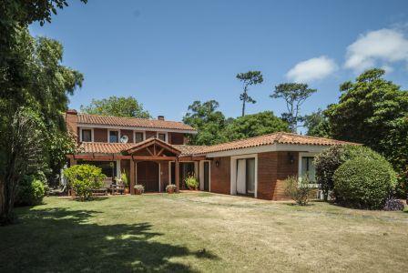 Casa de 3 dormitorios + serv en Playa Mansa, Punta del este