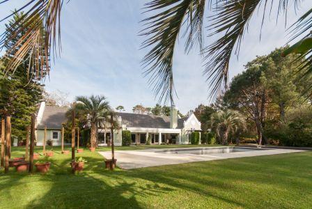 Punta del Este, chalet con 4600 m2 de tierra, piscina, 5 dormitorios.