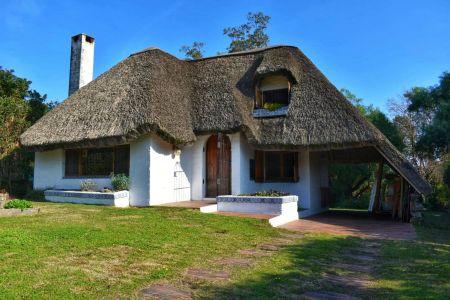 Casa de 2 dormitorios, buhardilla, 2 baños y amplio jardín. Pinares.