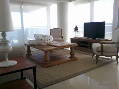 Espectacular apartamento en Torre Imperiale, 1ra fila de playa brava a metros de Gorlero. 4 dormitorios en suite, amplio living comedor, toilette de rececpión, 2 garajes!