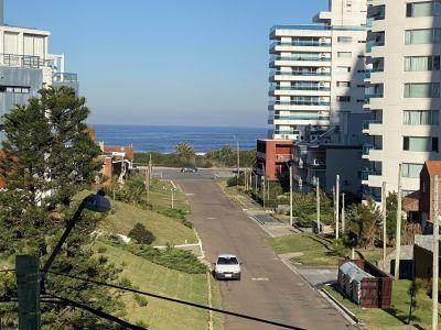 Vista directa al mar, a pasos de la playa Brava. Amplio y luminoso apartamento rodeado de naturaleza con una paz inigualable