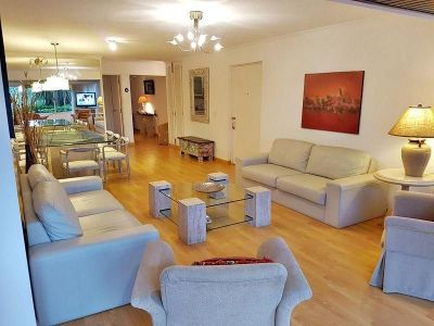 Amplio apartamento en venta frente a Playa Mansa!!