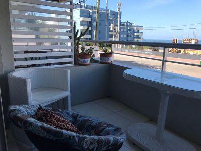 Balcon abierto, living-comedor, 2 dormitorios, 2 baños, 1 suite, cocina definida, garaje. Recepcion 24 horas, servicio de mucamas, piscina exterior, parrillero de uso comun, gimnasio, sauna.