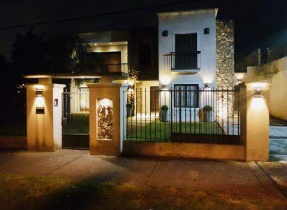 Casa en Carrasco a cuadras de Arocena y metros de Rivera