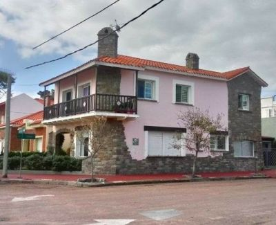 En Piriápolis....Hermosa Casona frente al mar!! 4 dormitorios y 3 baños!!