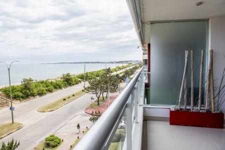 Venta y Alquiler de Apartamento en Punta del Este, playa mansa, Vista plena al mar, se financia el 50% en 24 meses