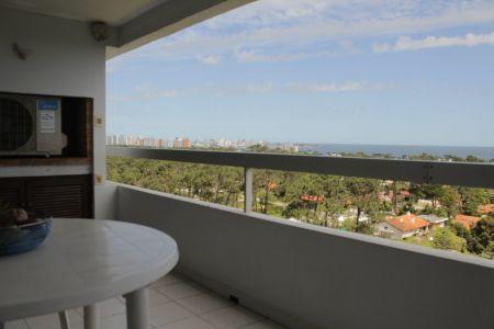 Apartamento En Venta con vista al mar de Tres dormitorios - Oportunidad