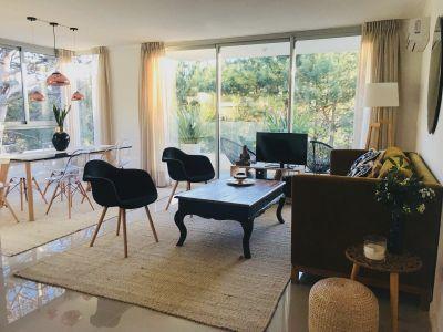 Moderno Apartamento de Dos Dormitorios con Balcón en Venta - Punta del Este