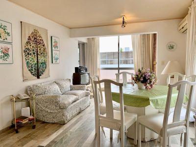 Apartamento de tres dormitorios En Venta. Península, a metros del Puerto.