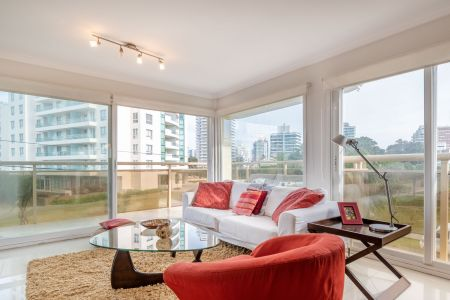 Excelente apartamento en Aidy Grill + tres dormitorios + garage