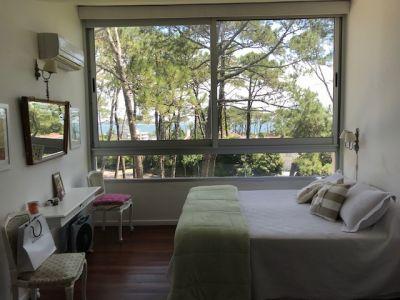 OPORTUNIDAD !!! Luminoso Duplex en venta en Complejo Arcobaleno con vista a la Isla Gorriti