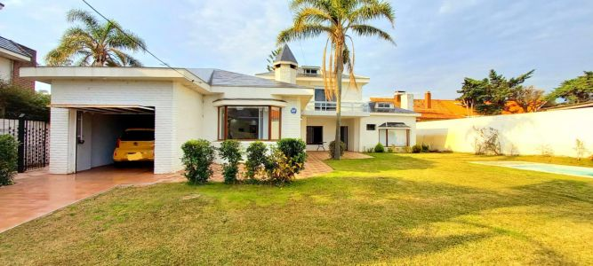 Gran casa de siete dormitorios en venta a pasos de Playa Mansa