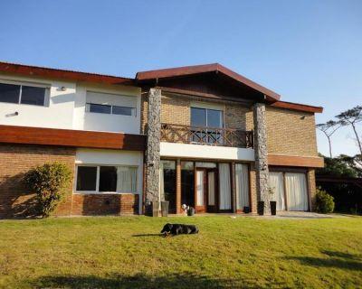 Venta y alquiler temporario de gran casa en Pinares a una cuadra de la Playa