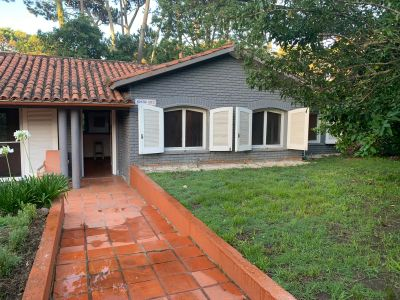 Casa de tres dormitorios más apartamento en playa Mansa en venta