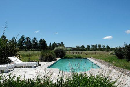 Venta de Excelente chacra parquizada con piscina y costa navegable al Arroyo Maldonado