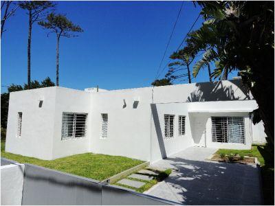 Casa Codigo #Impecable casa minimalista, moderna, a pocas cuadras de la Playa mansa.